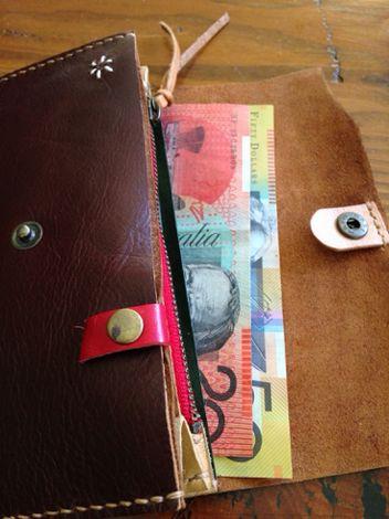 60f7dcf9d9e9 と思いオーストラリアドルがぎりぎり入る長さ17cmの財布を作ってみました。 試作なので、使えない革のハギレを組み合わせて(得意です^^)