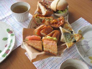 お隣大和郡山で開催された「手仕事市」で仕入れてきたパンの数々。家でも思わずピクニック気分♪
