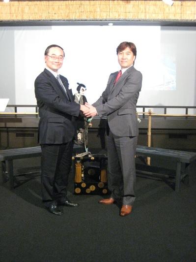 知事と握手