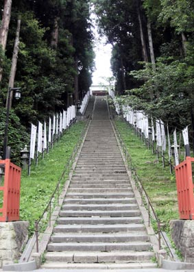塩釜神社階段下から