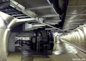 二手に別れるトンネル