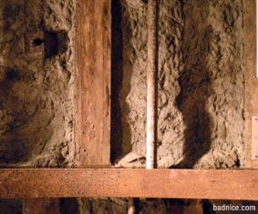コンクリートを木枠で固定