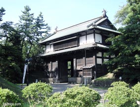 弘前城東門入り口