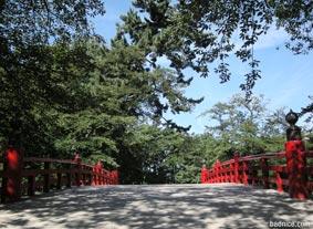 堀にかかる赤い橋