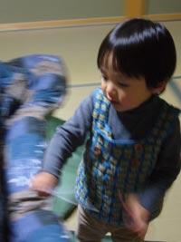 2歳の宝君は元気いっぱい。走り回って写真を撮らせてくれません!