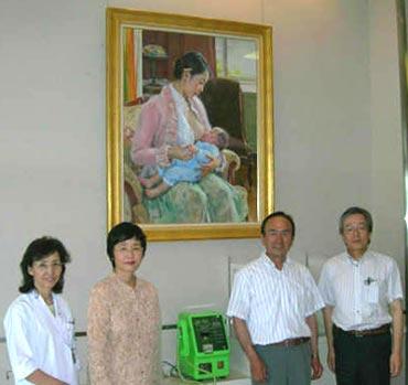 右が、優しい理事長先生、左が小児科医の奥様。中は父と母です。