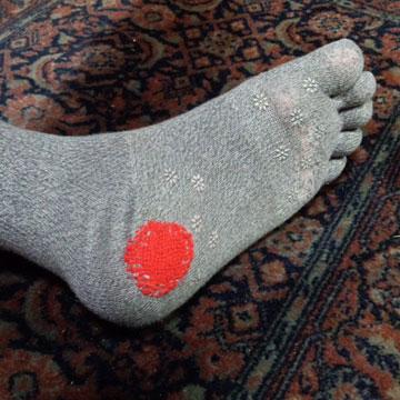 ダーニングマッシュルームで繕った靴下を履いてみました。
