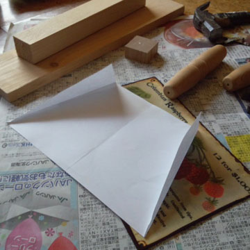 紙を折って角度を決めます。