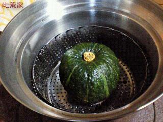カボチャを丸ごと蒸します。