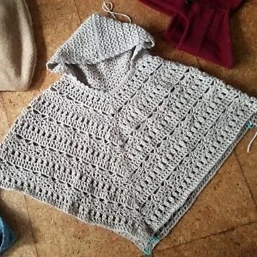 フード付きポンチョ編んでます。