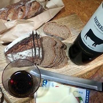 ライ麦パンとチーズとワインの食事