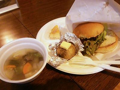 エゾシカ肉のハンバーガー・エゾシカ肉のスープ・粉噴き芋バター乗せ・メープルシロップを使ったチーズケーキ。