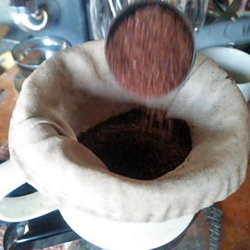 オーガニックリネンのコーヒーフィルターで落とすコーヒー