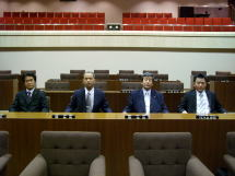 区議会本会議場にて記念撮影