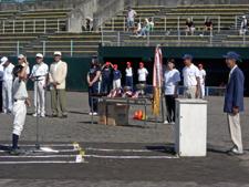 三国町小学生親善野球大会開会式で選手宣誓を受ける下迫さん(右端)2009年8月3日・三国運動公園野球場にて