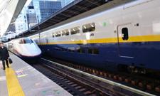 北陸新幹線あさま号(左側の車両)東京駅にて撮影