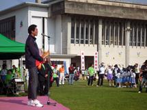 開会式でスピーチを行う中山竹通さん