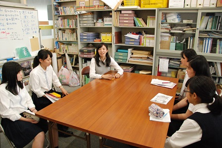 講演後にも生徒の質問に気さくに答えてくださいました.JPG