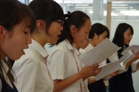 教室に響き渡る美しい歌声 (2).JPG