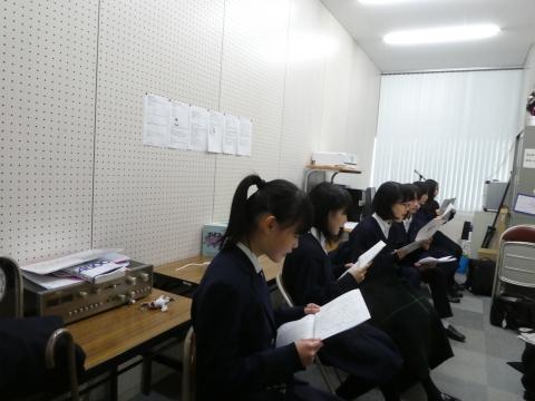 みんなでういろう売りを読んでいます(伊藤撮影).JPG