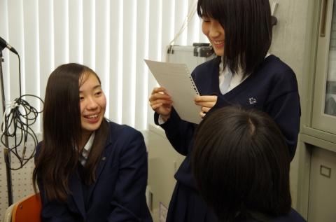 笑顔で教える先輩方(岡田撮影).JPG