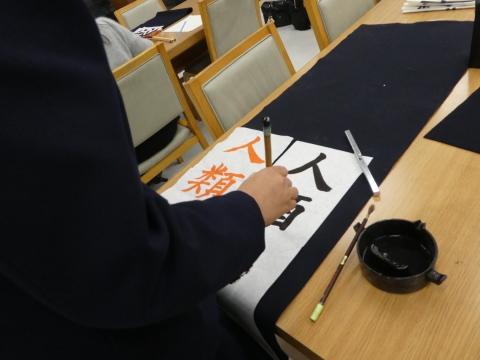 お手本を見ながら(伊藤).jpg