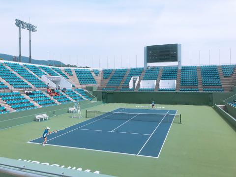 青空の下でテニス.png