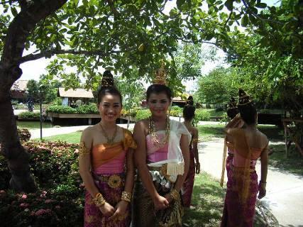 工芸品だけでなく、地域ごとの踊りも披露されていた。