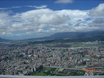 ドバイに負けつつある、世界一高いビルから見た台北。