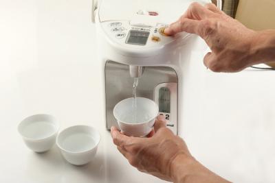 茶碗でお湯を冷ます