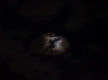 月が雲に隠れている