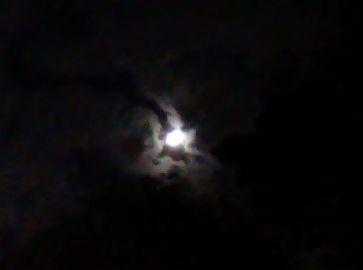 月が雲から顔を出している