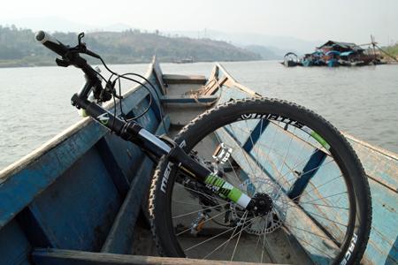 メコン川を渡る船