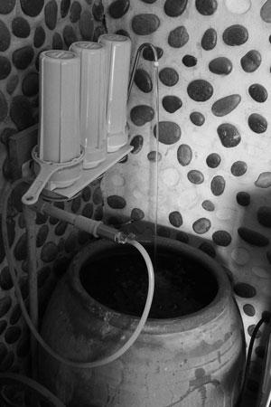 メコン川の水道水を浄水器に通して甕に溜めたもの