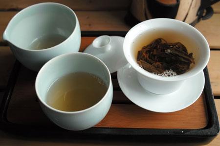 易昌號大漆樹圓茶04年