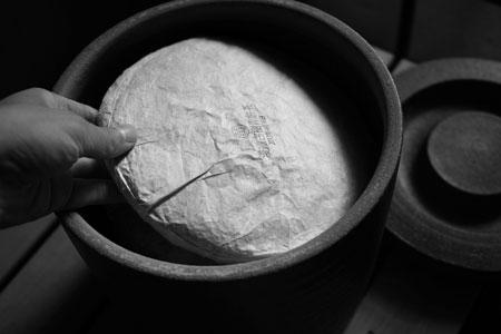 漫撒古樹青餅2013年・黄印プーアル茶