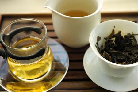 弯弓の黄片の餅茶2012年プーアル茶