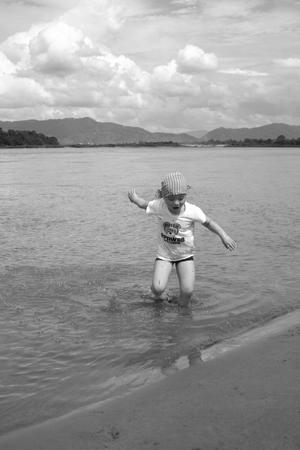 メコン川で砂遊び