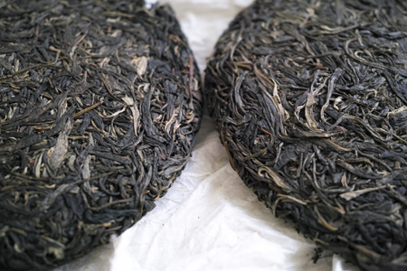 漫撒古樹青餅2013年プーアル茶の黄印と青印