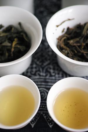 易武古茶2014年と漫撒古樹青餅2013年・緑印プーアル茶