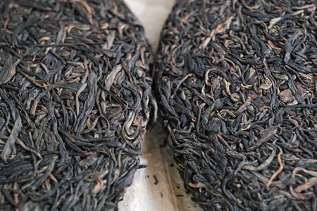 巴達古樹青餅2010年と巴達古樹紅餅2010年紅茶