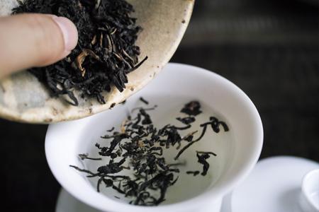 湯を注いでから茶葉を投入