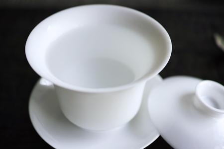 蓋碗に先に湯を注いでおく