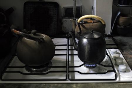 銅のヤカンと陶器のヤカン
