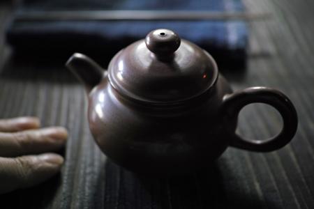紫砂の土でもって台湾窯で焼かれた茶壺