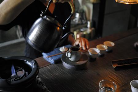 チェコ土の茶壺と銅のヤカンとプーアール茶