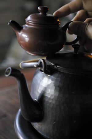銅のヤカンと紫砂の茶壺
