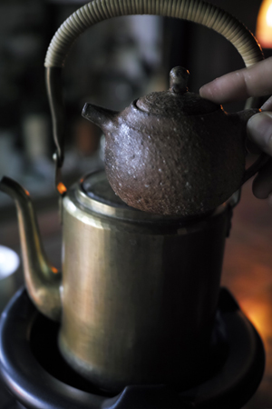 真鍮のヤカンとチェコ土の茶壺