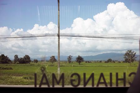 バスの窓から入道雲