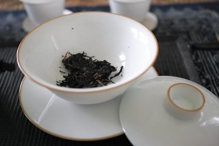 白磁の蓋碗に茶葉